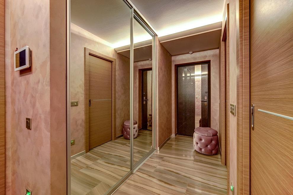 Зеркальный шкаф-купе в длинном коридоре