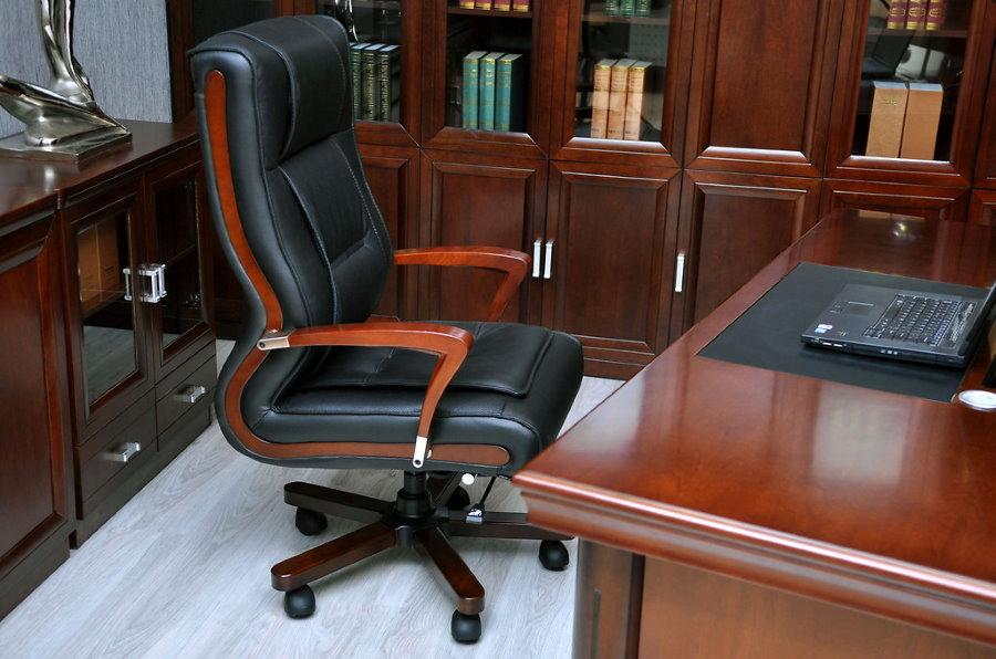 Офисное кресло с деревянными подлокотниками