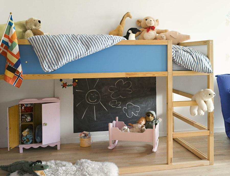 Кровать-чердак небольшой высоты для маленького ребенка