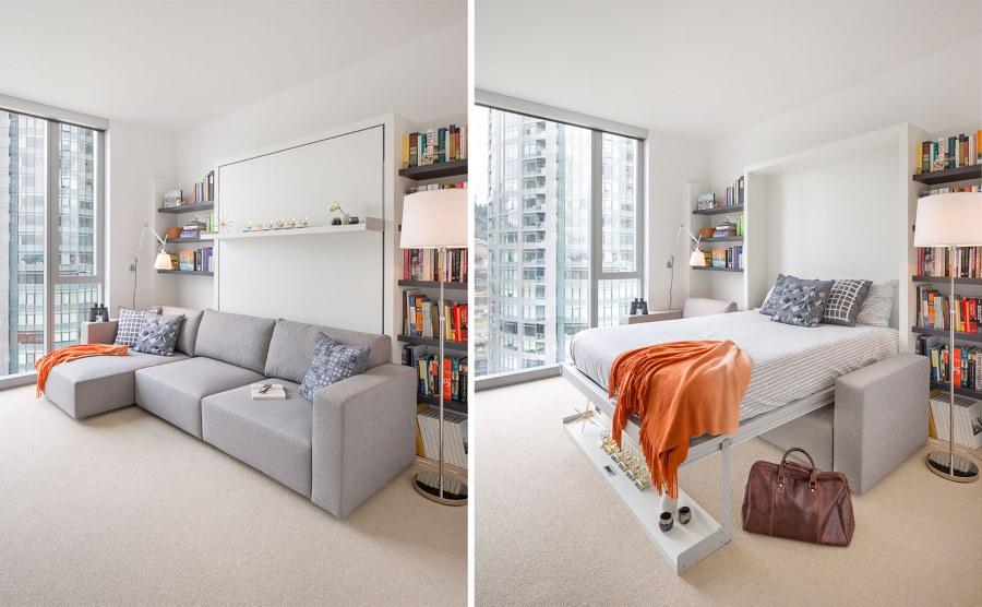 Откидная кровать-диван в комнате с большим окном