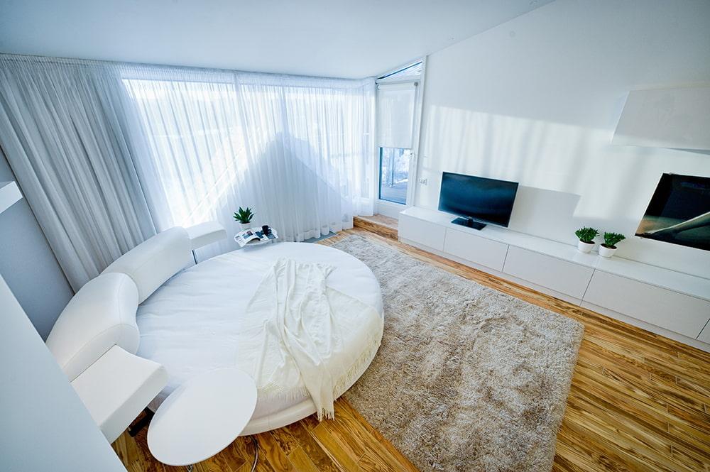 Круглая кровать в гостиной стиля хай-тек