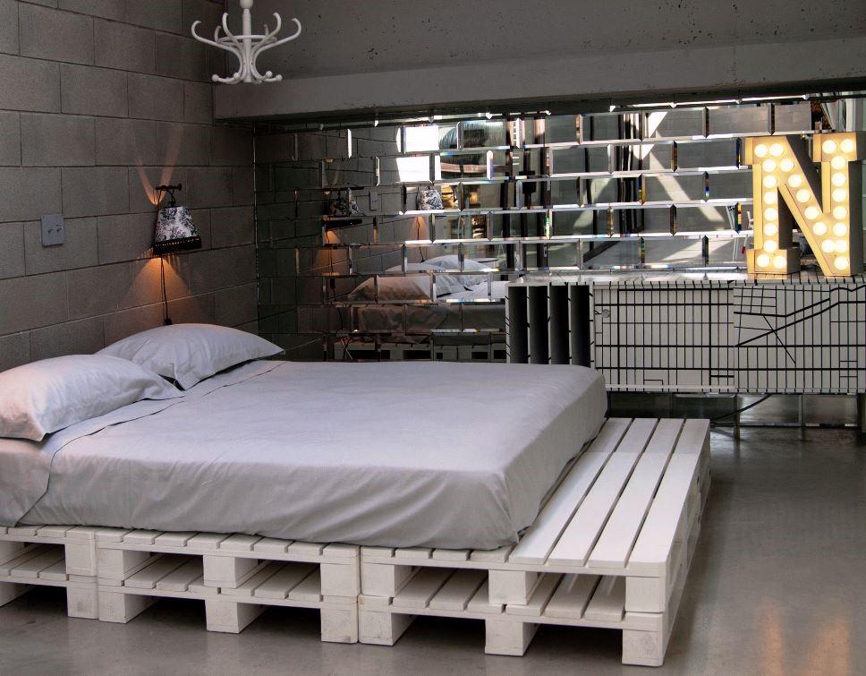 Мужская кровать на деревянных поддонах