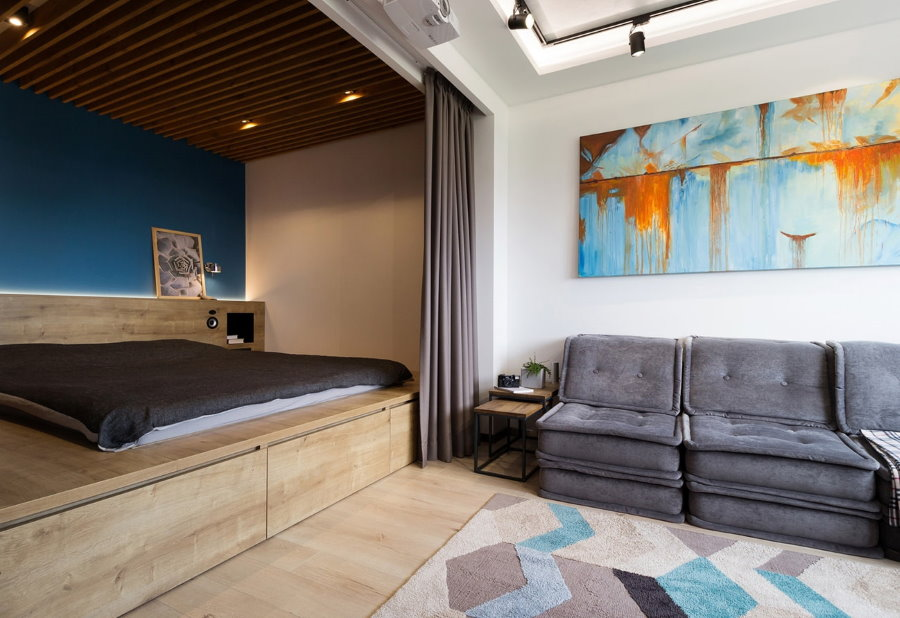 Гостиная комната с кроватью на подиуме