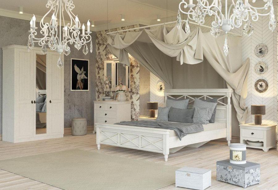 Кровать с балдахином в гостиной комнате