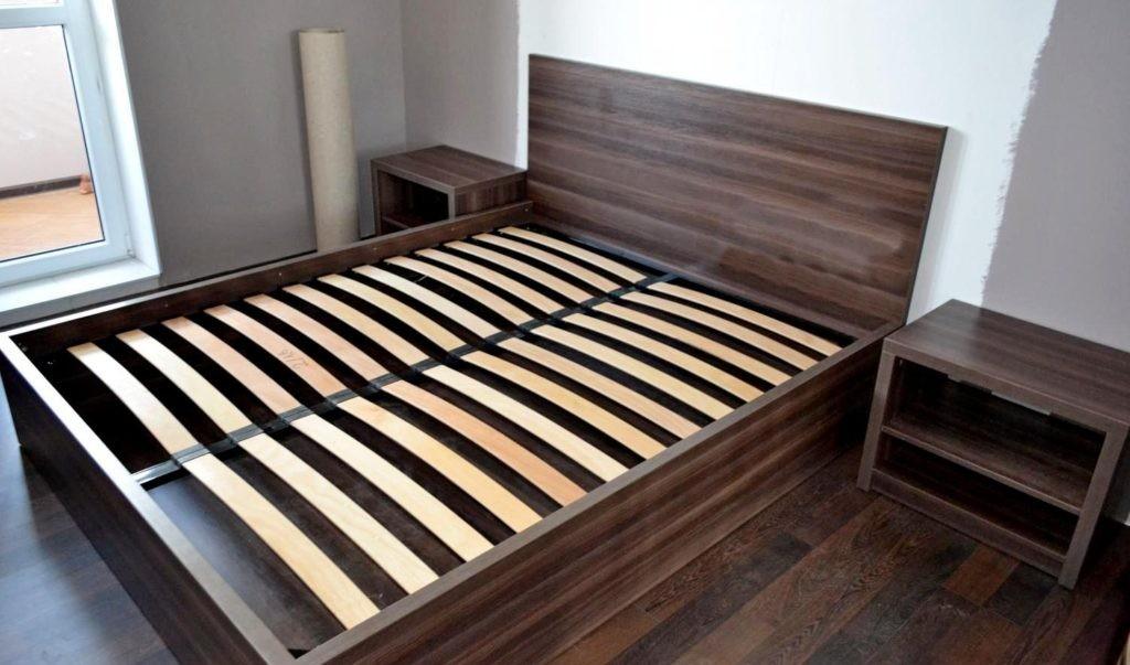 Каркасная кровать с фанерными ламелями
