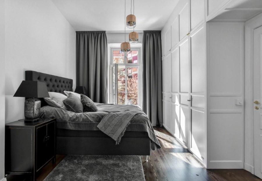 Сере шторы в маленькой спальне со встроенной мебелью