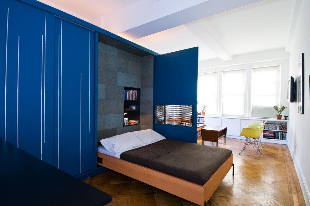 Синий шкаф с откидной кроватью в гостевой комнате