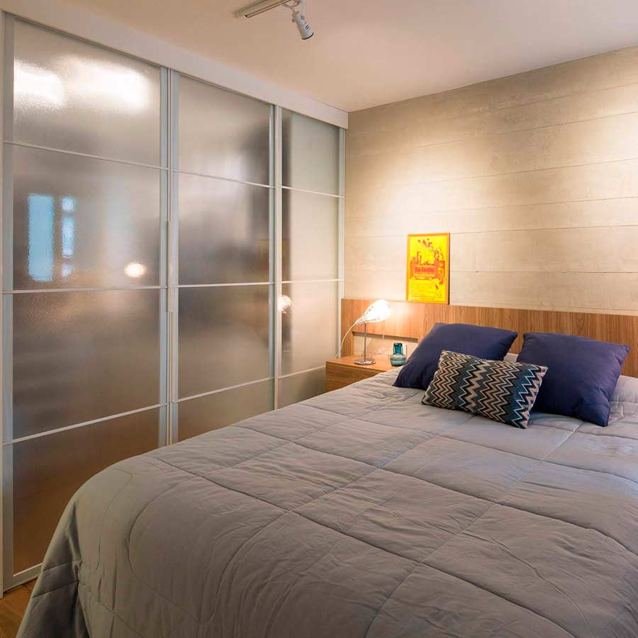 Кровать за матовой перегородкой из каленного стекла