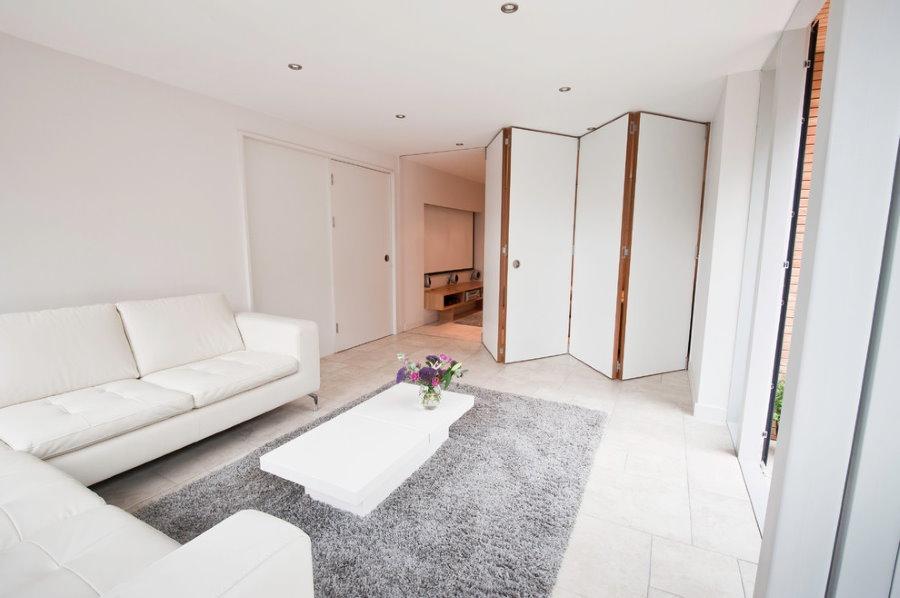 Белая квартира-студия с перегородкой раскладного типа