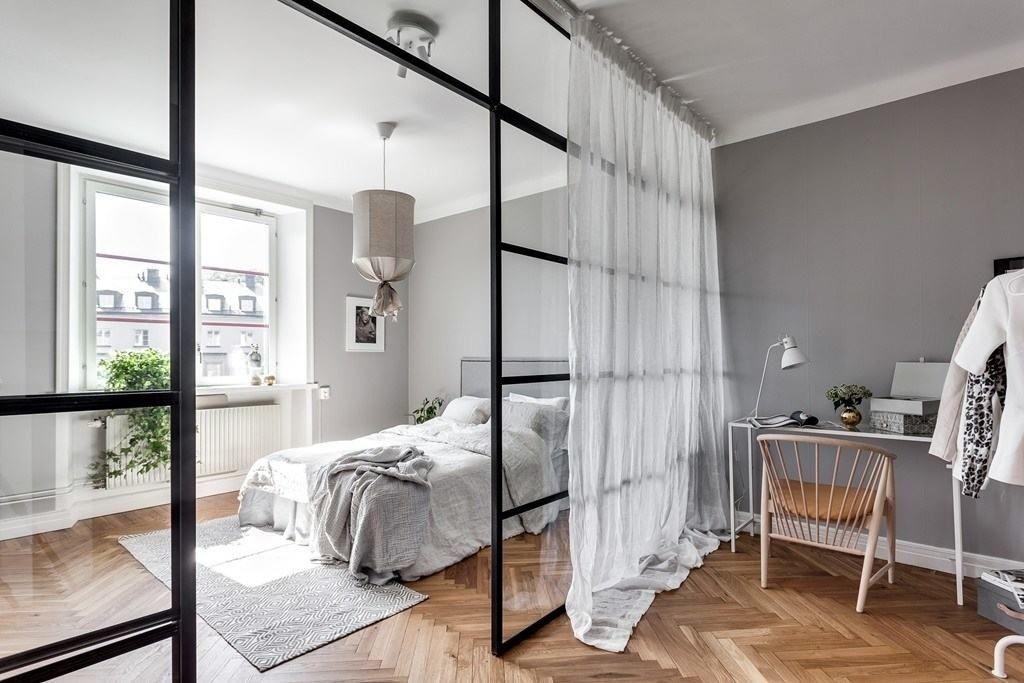 Белая штора на перегородке из стекла