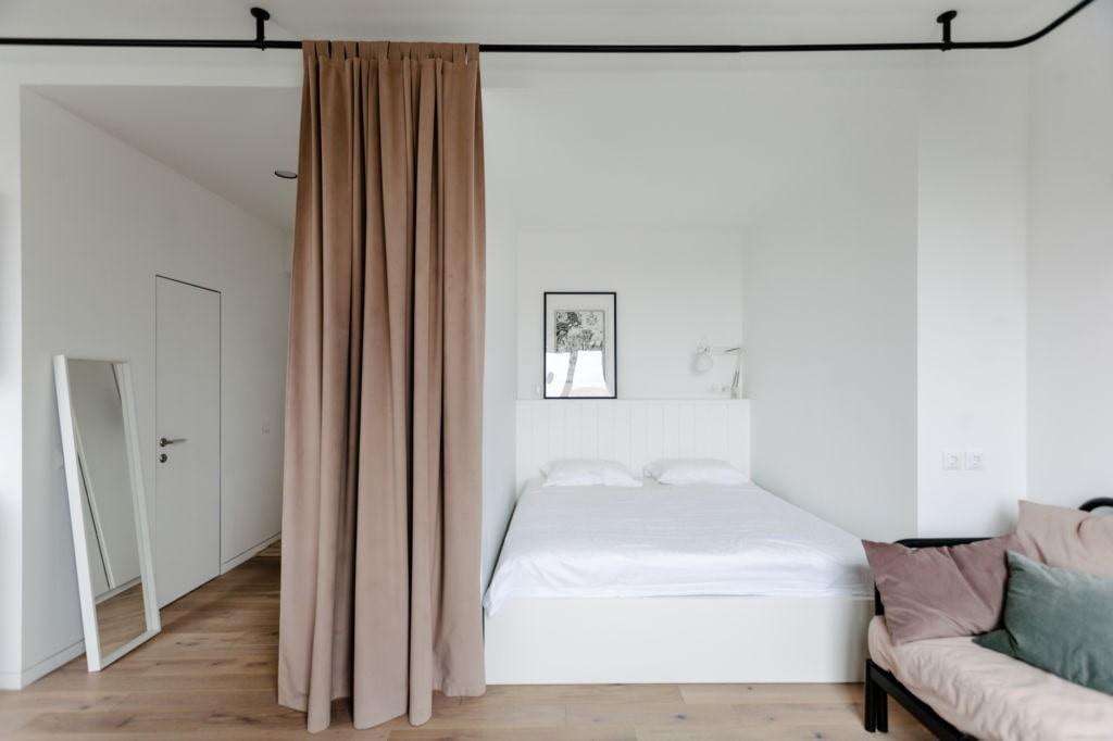 Кровать в нише за плотной шторой