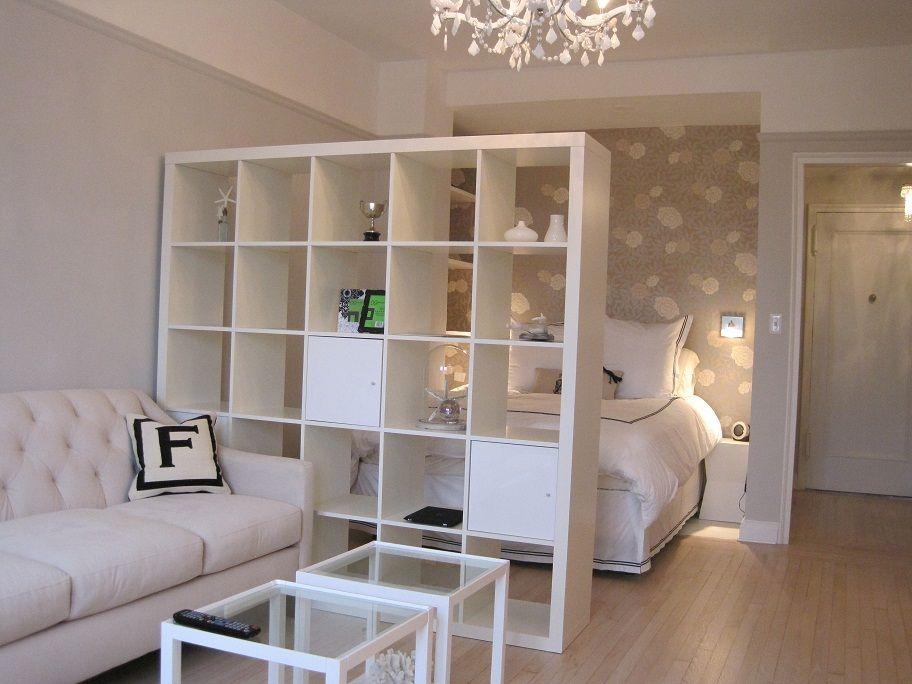 Место для кровати за стеллажом в гостиной