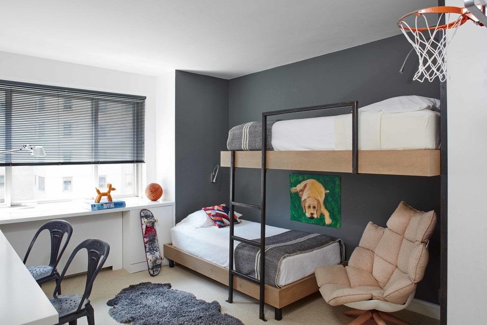 Двухъярусные кровати в серой комнате