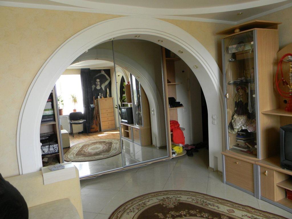 Круглая арка в гостиной комнате хрущевки