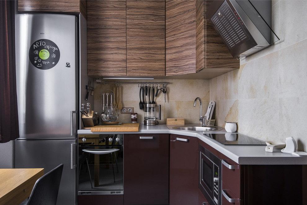 Угловая кухня с холодильником у окна
