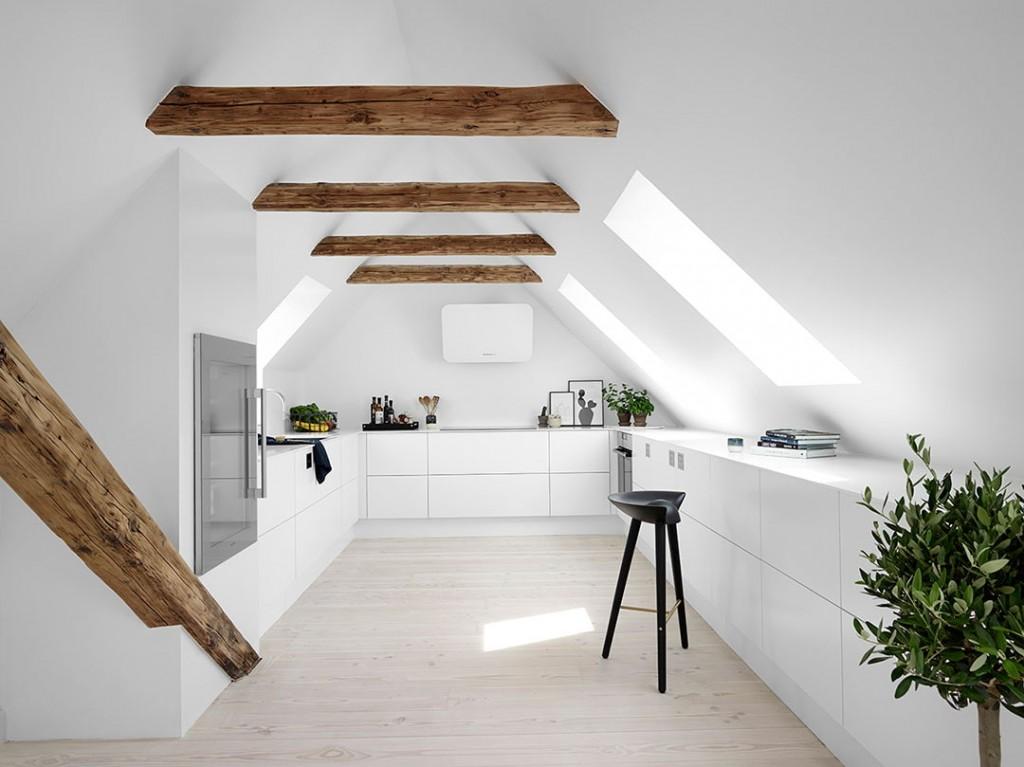 Белая кухня в мансардном помещении
