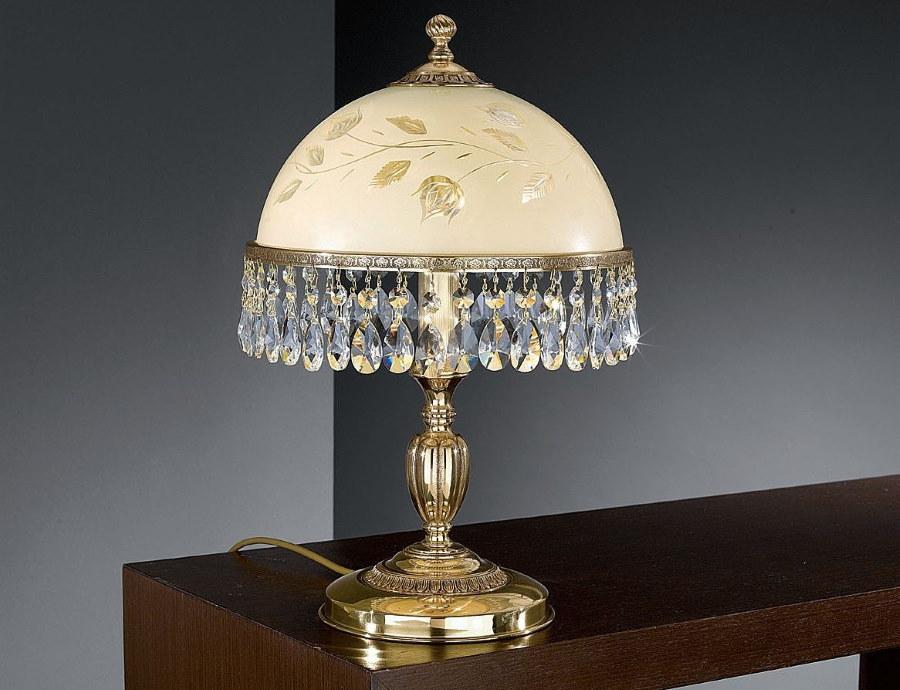 Хрустальные подвески по краям абажура классической лампы