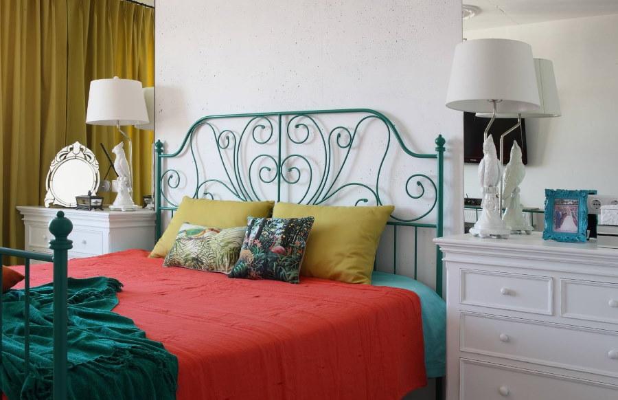 Металлическая кровать с ажурным изголовьем