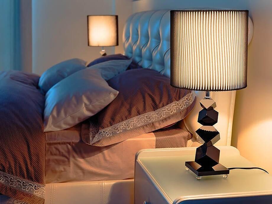 Выбор настольной лампы в спальную комнату