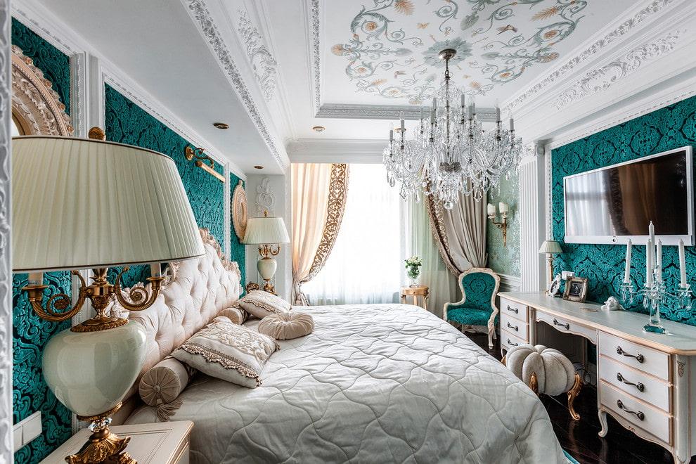 Гипсокартоный потолок с лепниной в спальне классического стиля