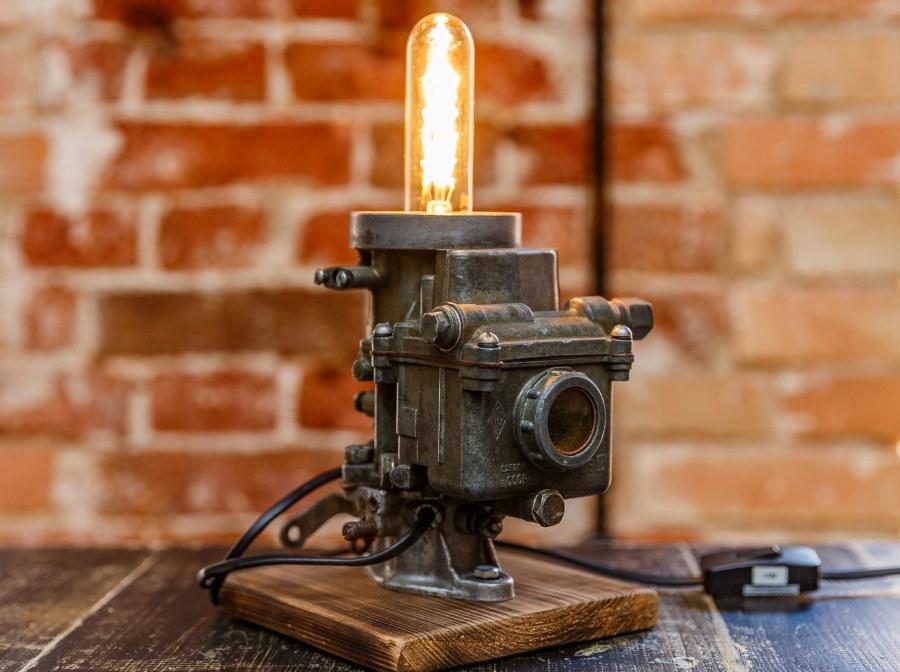 Оригинальная лампа из карбюратора на деревянной подставке