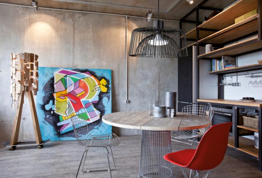 Яркий постер у бетонной стены в квартире