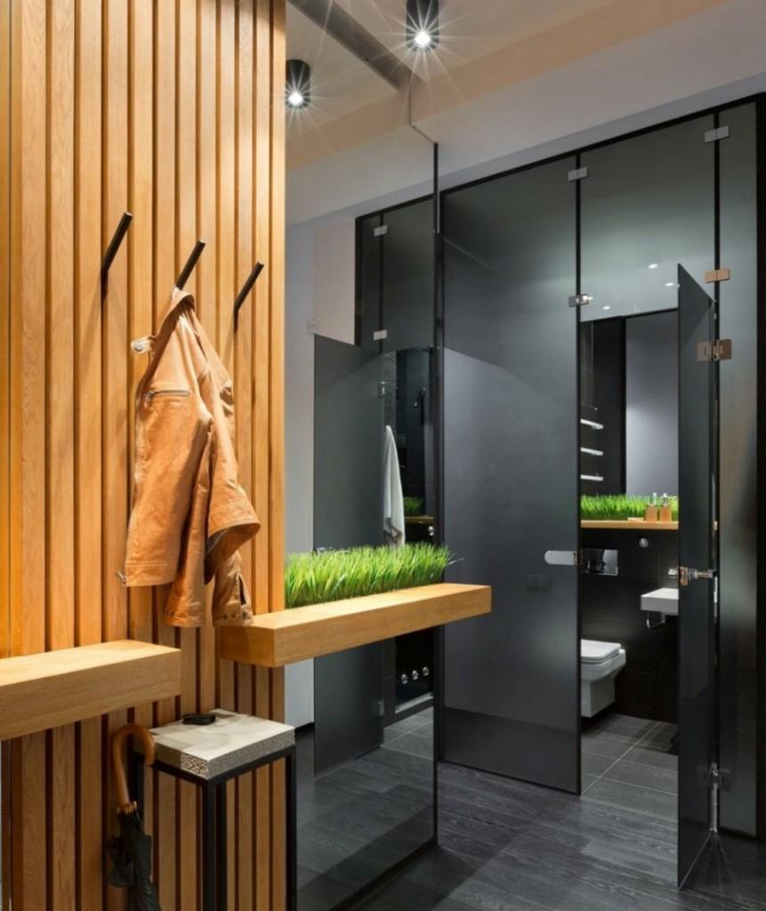 Деревянная отделка стены в прихожей небольшого размера