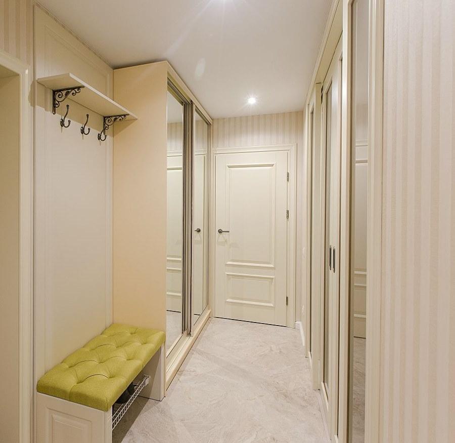 Шкаф-купе в роли гардероба в узком коридоре