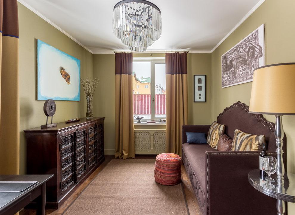 Деревянная мебель в небольшой гостиной комнате