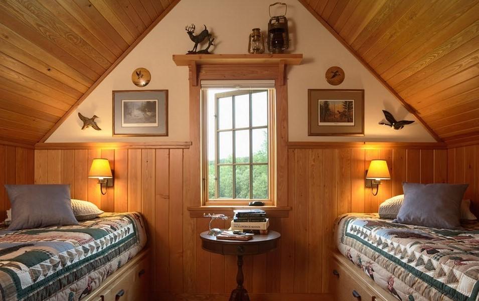Небольшое окошко в спальне с наклонным потолком