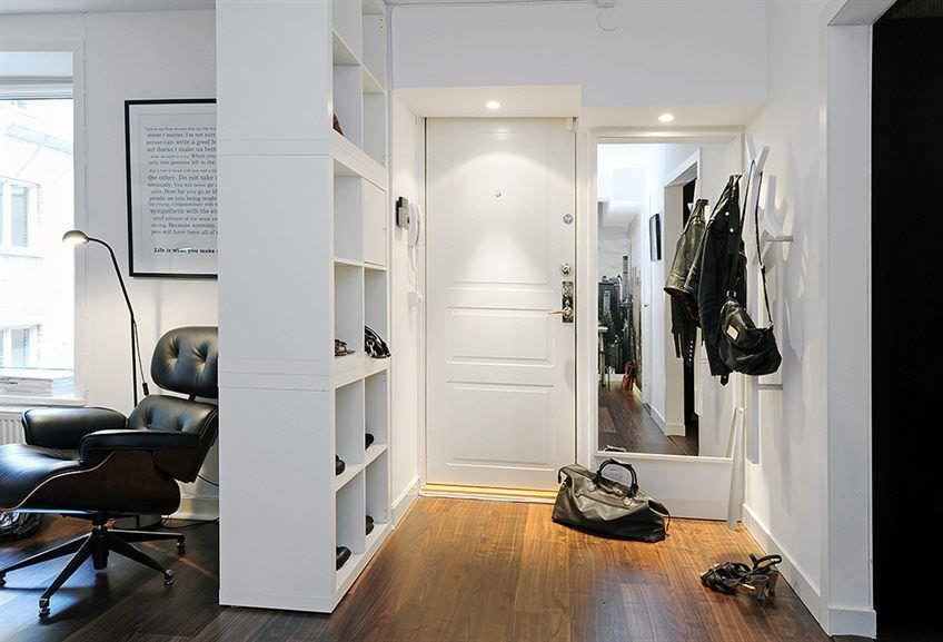 Стеллаж с полками для обуви и вещей в коридоре квартиры