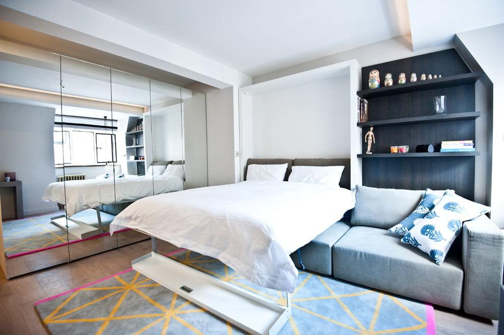 Зеркала в гостиной комнате с кроватью-трансформером