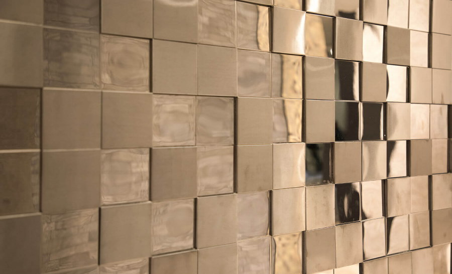Отделка стен прихожей металлической плиткой