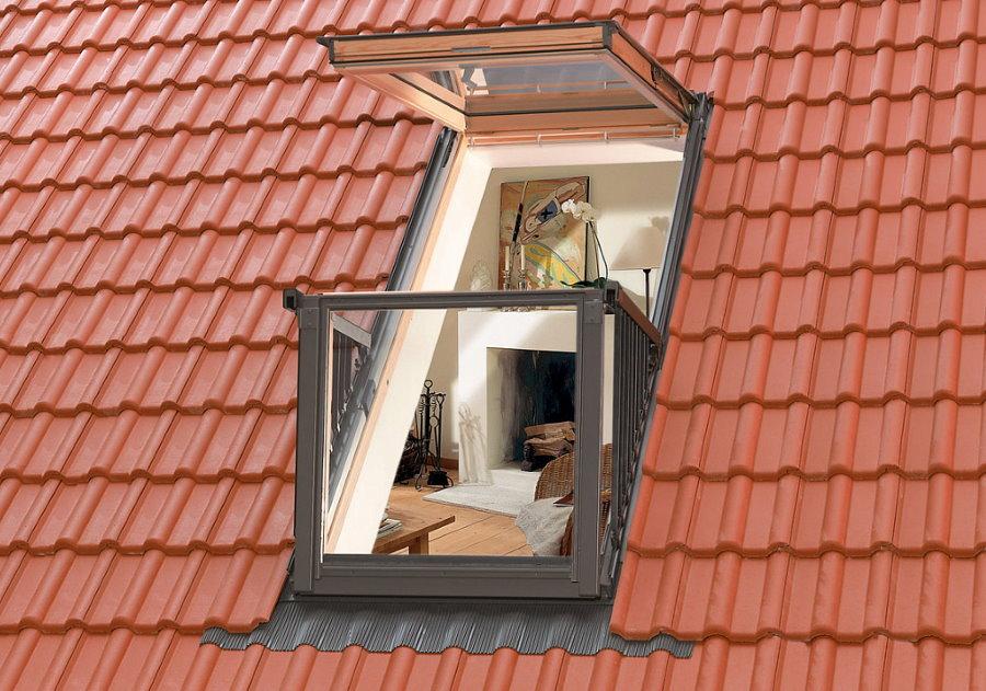 Мансардное окно с мини-балконом в крыше частного дома
