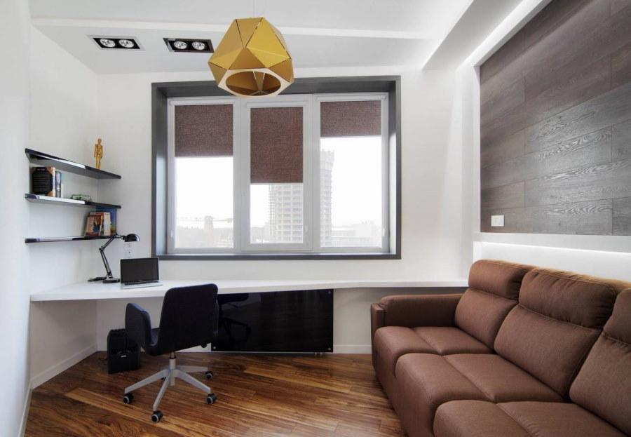 Коричневый диван в комнате для школьника