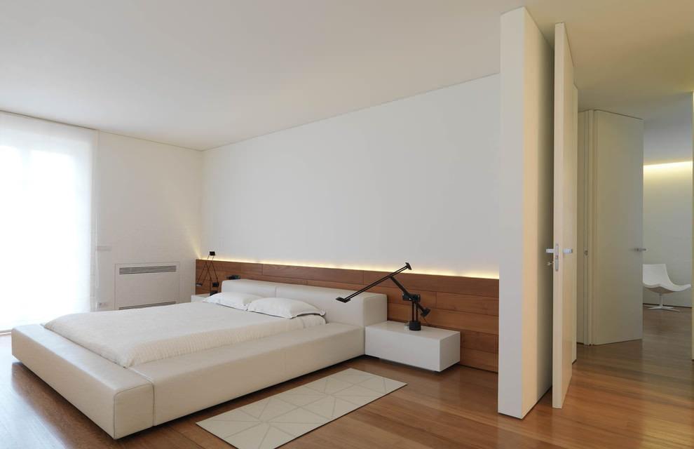 Белые стены в красивой комнате