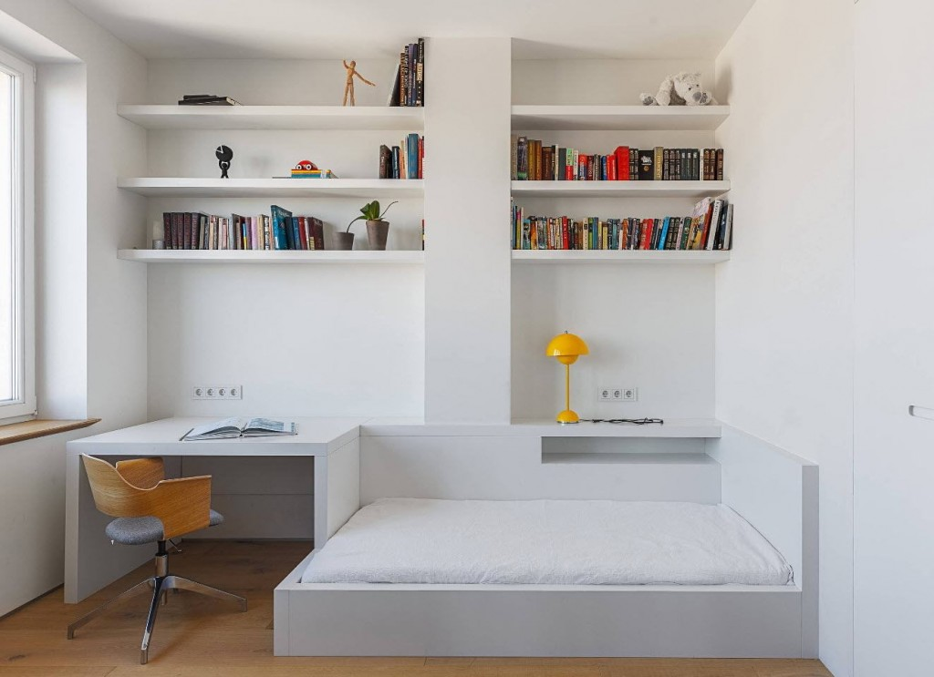 Встроенные полки в комнате минималистического стиля