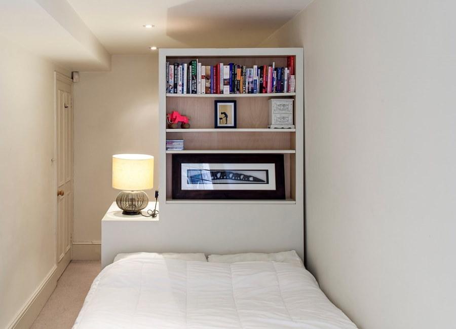 Шкаф-стеллаж с книгами на полках