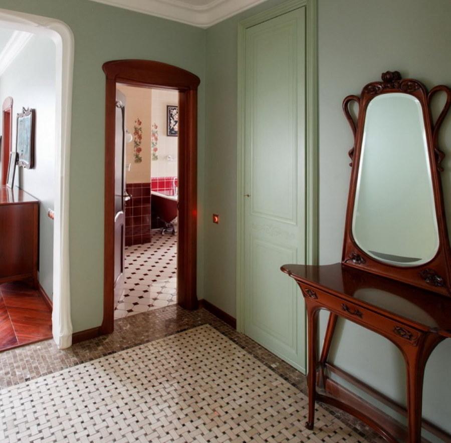 Столик с зеркалом в деревянной раме в прихожей стиля модерн