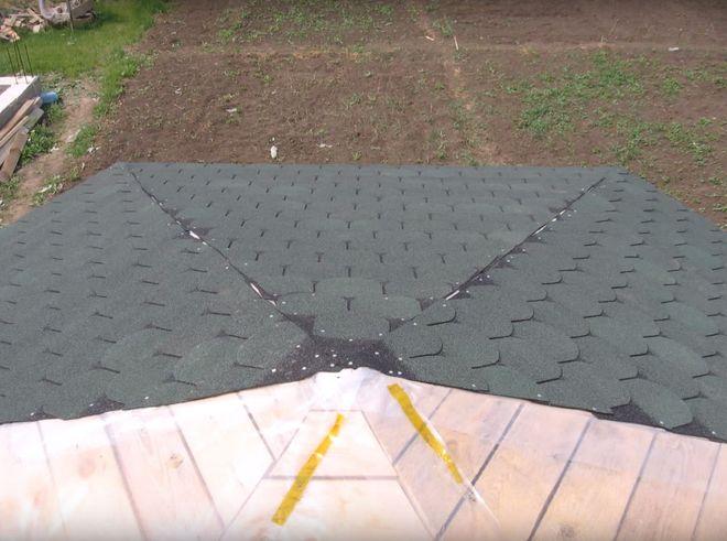 Мягкая черепица на крыше шестиугольной беседки из дерева