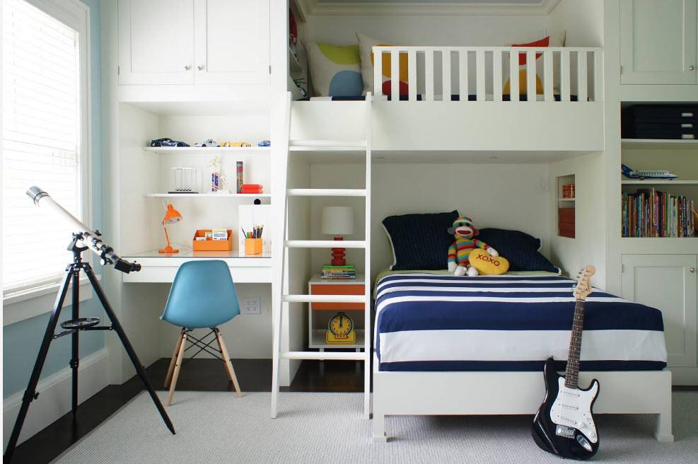 Белая детская кровать в комнате морского стиля