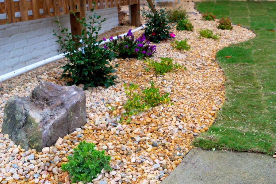 Мульчирование мелким камнем садовой рабатки