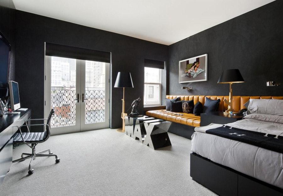 Кожаный диван в спальне мужчины