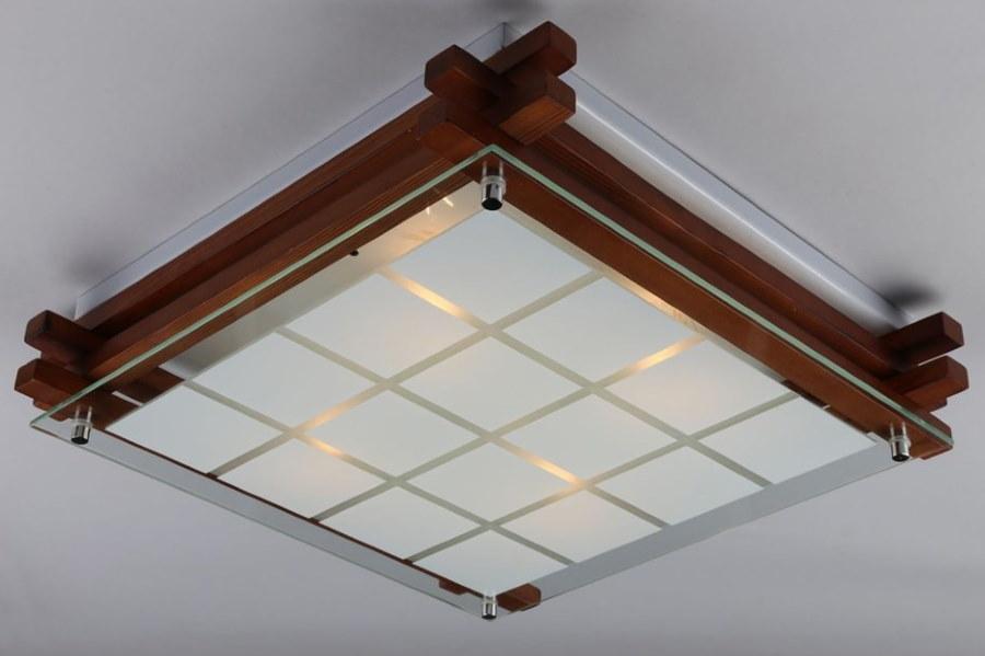 Накладной светильник на потолке комнаты