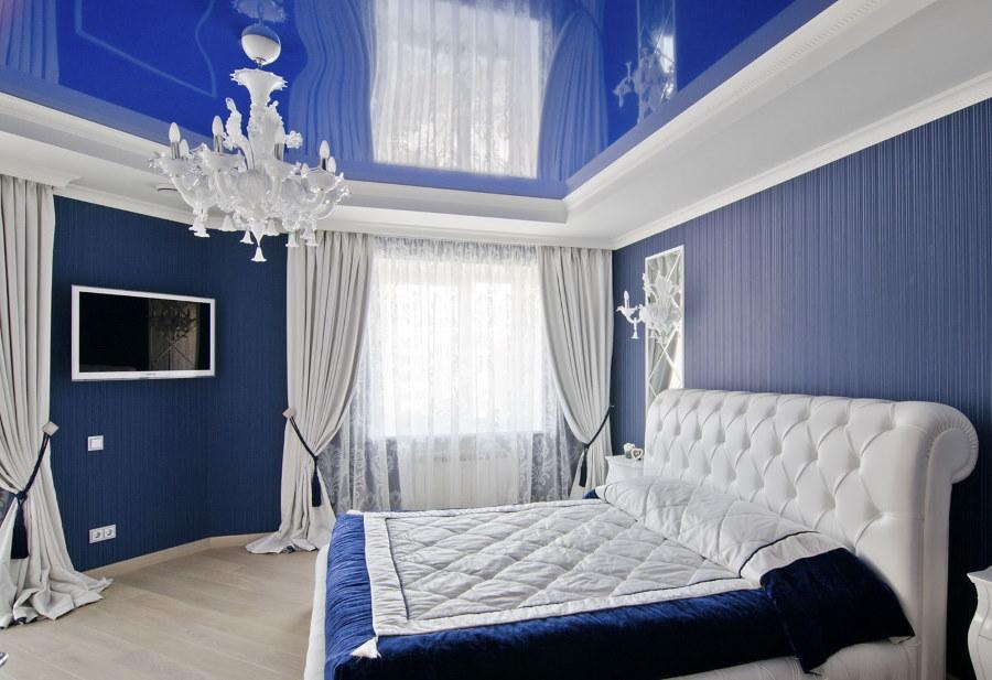Синий потолок натяжного типа в светлой спальне