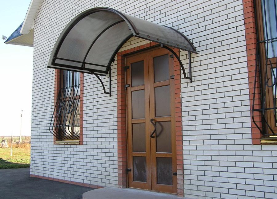 Навес из поликарбоната над входной дверью в дом