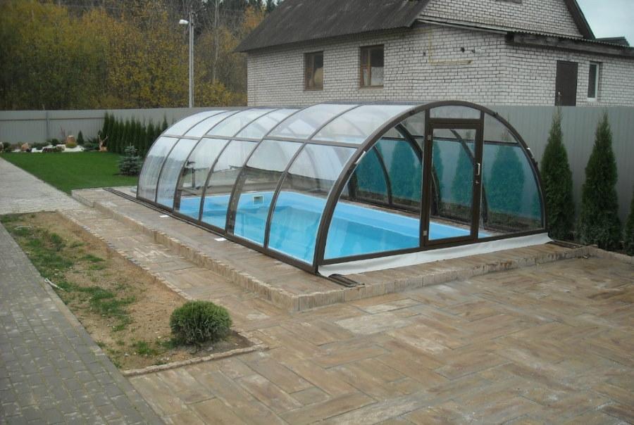 Сдвижной навес из поликарбоната над бассейном во дворе