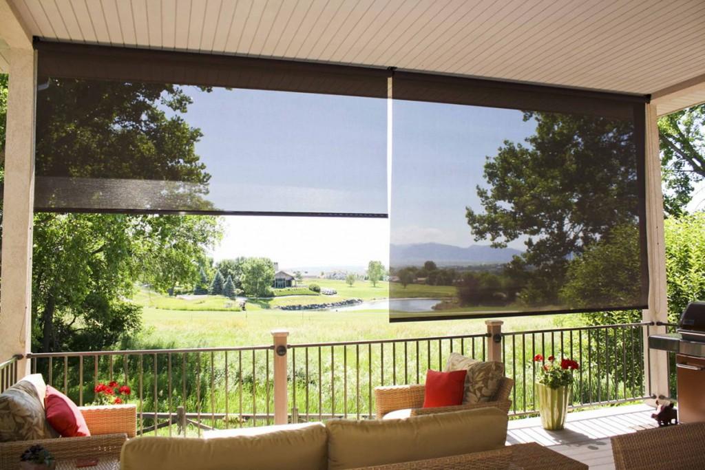 Рулонные шторы под навесом на даче
