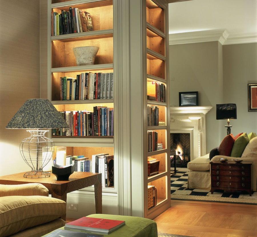 Встроенная подсветка полок в нише с книгами
