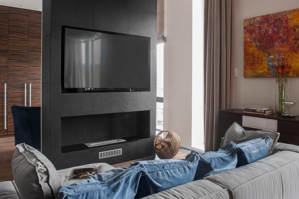 Серая перегородка с нишей для камина в гостиной комнате
